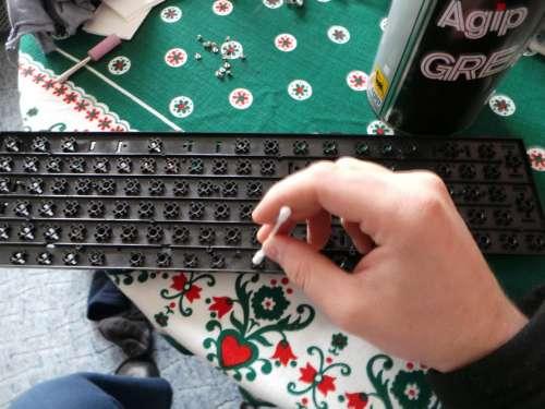 Hogyan lehet teljesen tisztítani a laptop és a számítógép billentyűzetét